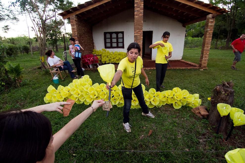 Muchos feligreses adquirían antorchas artesanales para iluminar el camino y acompañar la procesión, cuando caía la tarde del Viernes Santo. (Tetsu Espósito - San Ignacio, Paraguay)