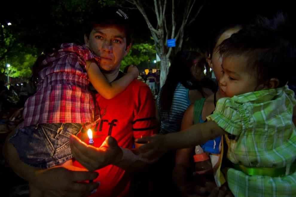 Familias enteras llegan junto a la Virgen a cumplir sus promesas y pedir bendiciones para el año. (Tetsu Espósito - Caacupé - Paraguay)