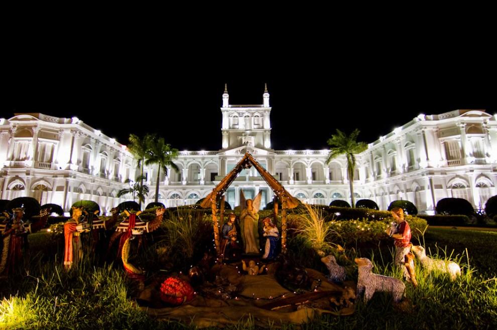 Un gran pesebre se exhibe frente al imponente Palacio de López, también llamado Palacio de Gobierno, todo un símbolo de la ciudad de Asunción. (Tetsu Espósito - Asunción, Paraguay)