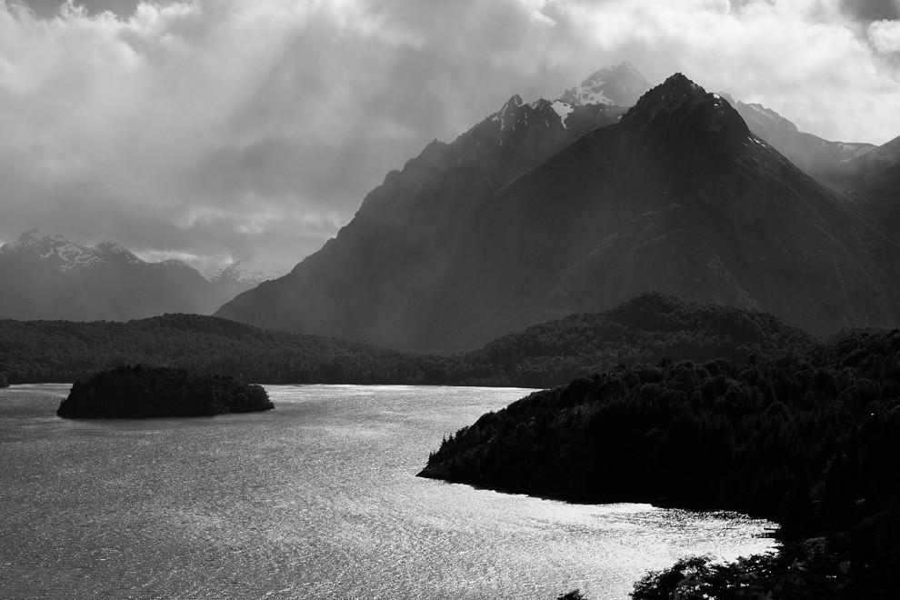 Los rayos solares bañan las montañas que rodean a la ciudad de Bariloche. (Guillermo Morales -  Patagonia, Argentina)