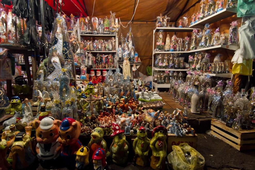 Muchos locales como este, ofrecían a los peregrinantes imágenes de la Virgen hechas en barro y pintadas. (Tetsu Espósito - Caacupé - Paraguay)