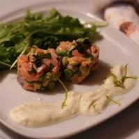 lachs-avocado-tartar mit limetten-crème-fraiche & kleinem salat
