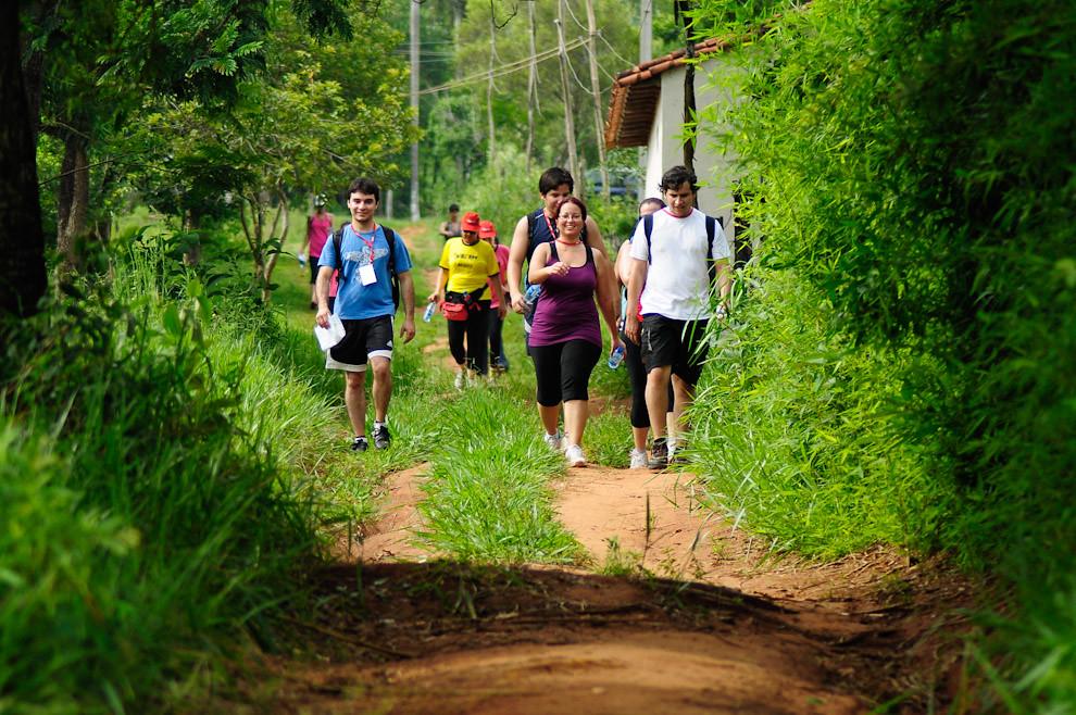 Con alegría y buena onda dibujada en los rostros son vistos a los participantes de la categoría Trekking-Orientación 10km al comienzo de la carrera, en el primer tramo camino al Puesto de Control 01. (Elton Núñez - Piribebuy, Paraguay)