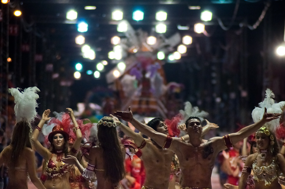 Los bailarines de Brahma animan al público durante la pausa entre el fin de la presentación de un Club y el comienzo de otro, en la 3ra Ronda del Carnaval Encarnaceno el Viernes 18 de Febrero. (Elton Núñez - Encarnación, Paraguay)