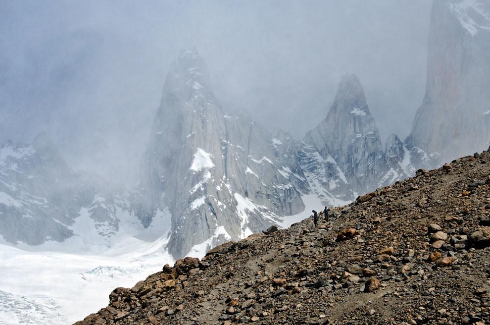 Dos excursionistas pasando el último tramo de 3 horas de escalada hasta la Laguna de los Tres, el trayecto esta azotado por vientos de hasta 100km por hora que hacen este último tramo el mas difícil.(Roberto Dam - Patagonia, Argentina)