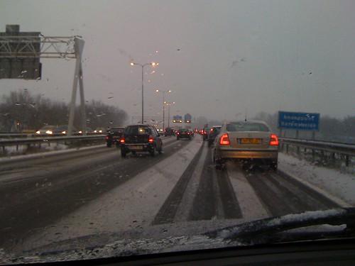 Dikke vlokken en de weg wordt steeds witter...
