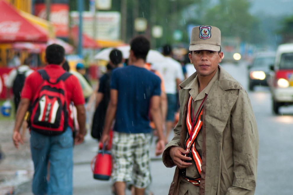 Un suboficial de la Policía Nacional cumple con su trabajo de brindar seguridad y orden en la linea dedicada para la marcha de los Peregrinos en las afueras de la Ciudad de Ypacaraí. El Jefe de Relaciones Públicas de la Policía Nacional, el Comisario Sebastian Talavera, informó que para este Operativo desplegaron 5.530 efectivos policiales distribuidos a lo largo de las rutas desde San Lorenzo hasta la Basílica de Caacupé. (Elton Núñez - Caacupé, Paraguay)