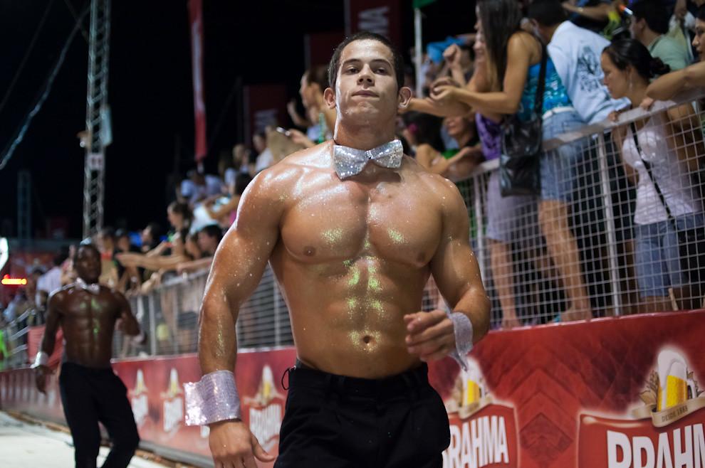 Cuerpos semidesnudos y decorados fueron vistos en la 3ra Ronda del Carnaval Encarnaceno el pasado Viernes 18 de Febrero. (Elton Núñez - Encarnación, Paraguay)