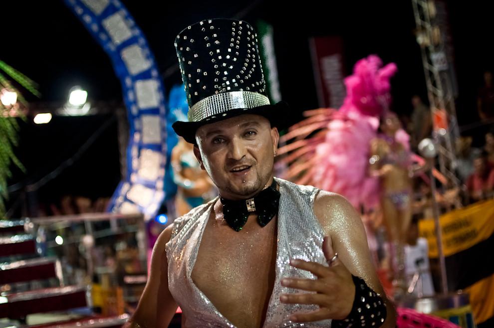 Uno de los Pasistas varones del Club San Juan viste una galera y decoraciones brillantes en su desfile de alegoría De Película el pasado Viernes 18 de Febrero correspondiente a la 3ra Ronda del Carnaval Encarnaceno. (Elton Núñez - Encarnación, Paraguay)