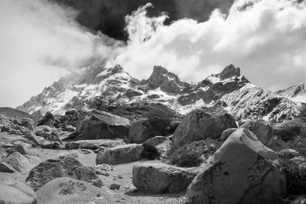 El descanso para el tereré entre las piedras siempre hace bien. Una fotografía mientras los pies se recuperan de los kilómetros caminados. (Guillermo Morales -  Patagonia, Argentina)