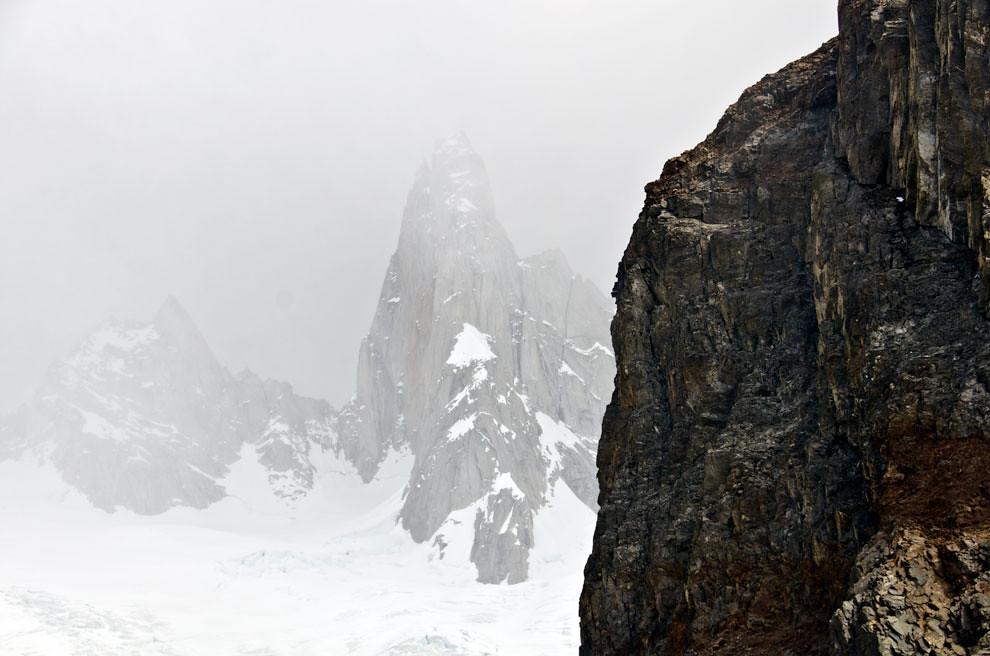 Desde la base del campamento Poicenot se divisa el Fitz Roy, este es el punto más cercano al que se puede llegar sin equipo de alpinismo.(Roberto Dam - Patagonia, Argentina)
