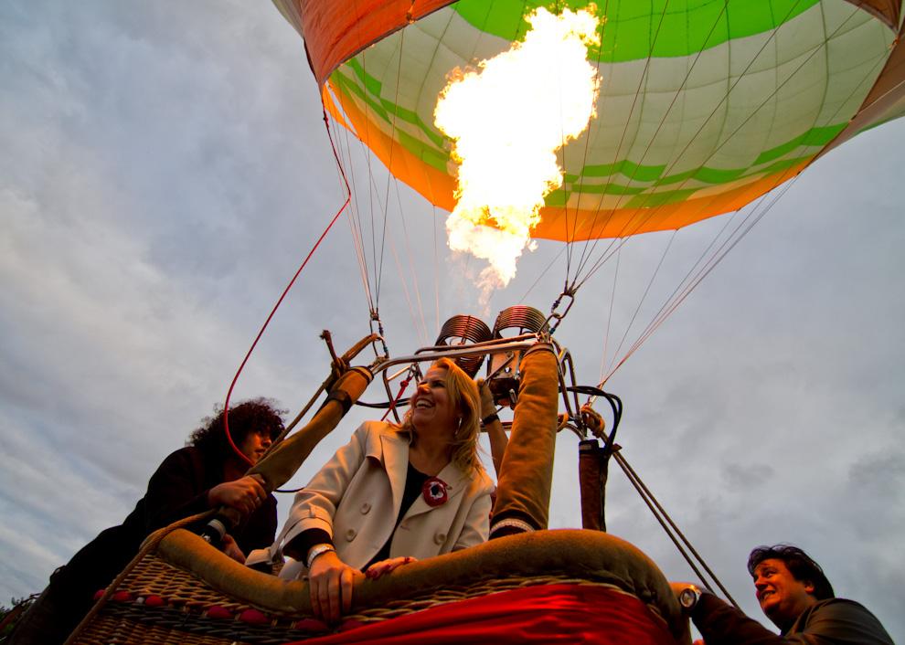 La ministra de Turismo, Liz Crámer acompañando la fiesta llevada a cabo en la explanada del Palacio de López el domingo 15 de Mayo, sube a uno de los Globos Aerostáticos. (Tetsu Espósito - Asunción, Paraguay)