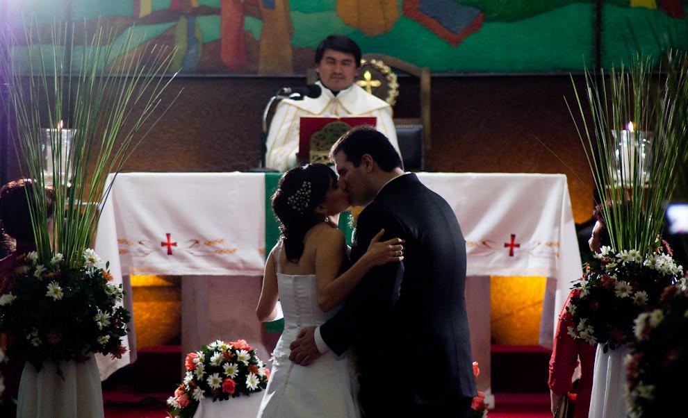 Momento del beso capturado en la boda de José Galeano y Maria Eugenia en la Iglesia Nuestra Señora del Carmen del Barrio Manorá. (Elton Núñez - Asunción, Paraguay)