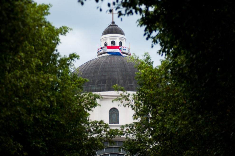 Vista de una bandera paraguaya que fue colocada en la Cúpula de la Basílica de Caccupé en la mañana del 8 de Diciembre. (Elton Núñez - Caacupé, Paraguay)