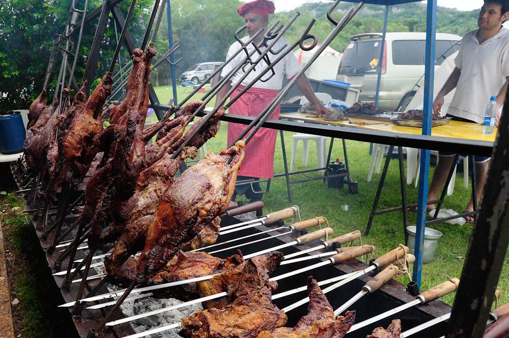 El asado prometido, que espera a los participantes al término de la carrera. Ese día se prepararon aproximadamente 400 kilos de Carne, de los cuales 300 fueron consumidos, convirtiendo así al evento en una fiesta completa que satisfizo a todos. (Elton Núñez - Piribebuy, Paraguay)