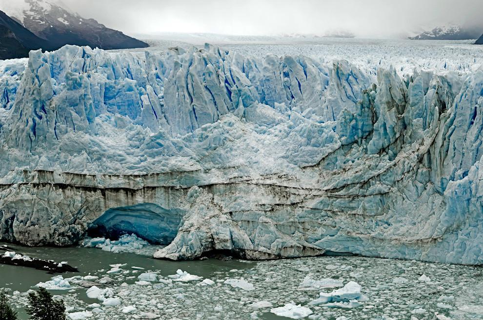 El glaciar Perito Moreno, uno de los pocos en el mundo que se mantiene estable en tamaño y volumen, con un frente visible de 5 km y una altura entre 60 y 70 metros en el mirador del Parque Nacional los Glaciares.(Roberto Dam - Patagonia, Argentina)