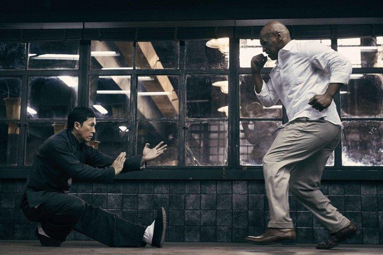 甄子丹(左)单膝蹲下对战拳王泰森,是「叶问3」高潮戏之一.图片