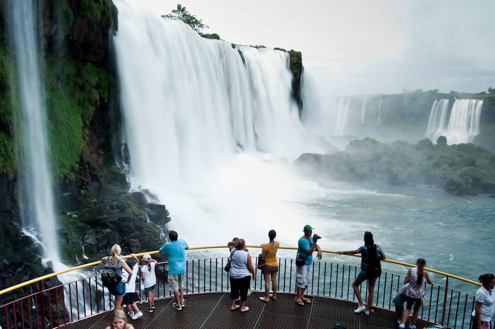 Turistas experimentan de cerca la energía de la imponente caída de una de las cataratas del Iguazú, enormes y ruidosas, estas cataratas conforman un hermoso espectáculo que merece ser documentado en fotografías y videos de recuerdo. (Elton Núñez)