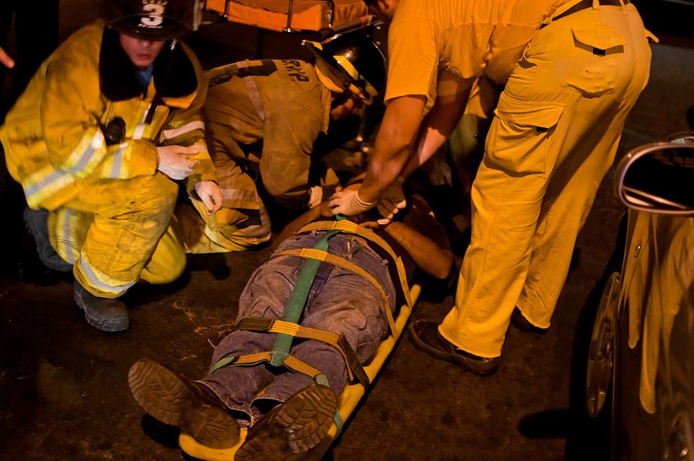 Los bomberos de Sajonia se encargan de asistir a un hombre que sufrió un accidente de tránsito a bordo de su motocicleta en el cruce de la Avda. Eeuu y 5ta de la ciudad de Asunción. Luego del partido amistoso entre la selección paraguaya y Guatemala en febrero de este año. El herido fue derivado al Hospital de Emergencias Médicas en la ambulancia de la compañía. (Elton Núñez).