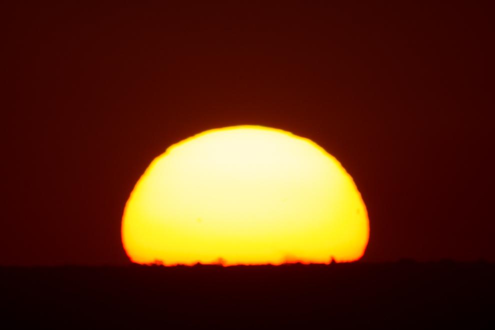 El sol se esconden en el horizonte en esta toma realizada desde el Cerro Lambaré. (Tetsu Espósito)