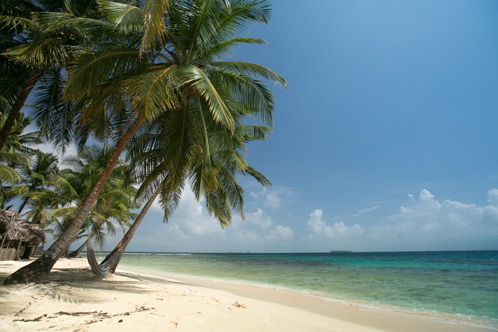 El archipiélago de San Blas se ha convertido en uno de los destinos turísticos más exuberantes de Panamá, famoso por sus hermosas playas de arena blanca, sus aguas transparentes, el arte y lo impresionante de la cultura Guna. Posee un aeropuerto para vuelos domésticos a nivel nacional, así como hoteles fabricados con pencas reflejando el estilo de las viviendas de las comarcas.(Tetsu Espósito)