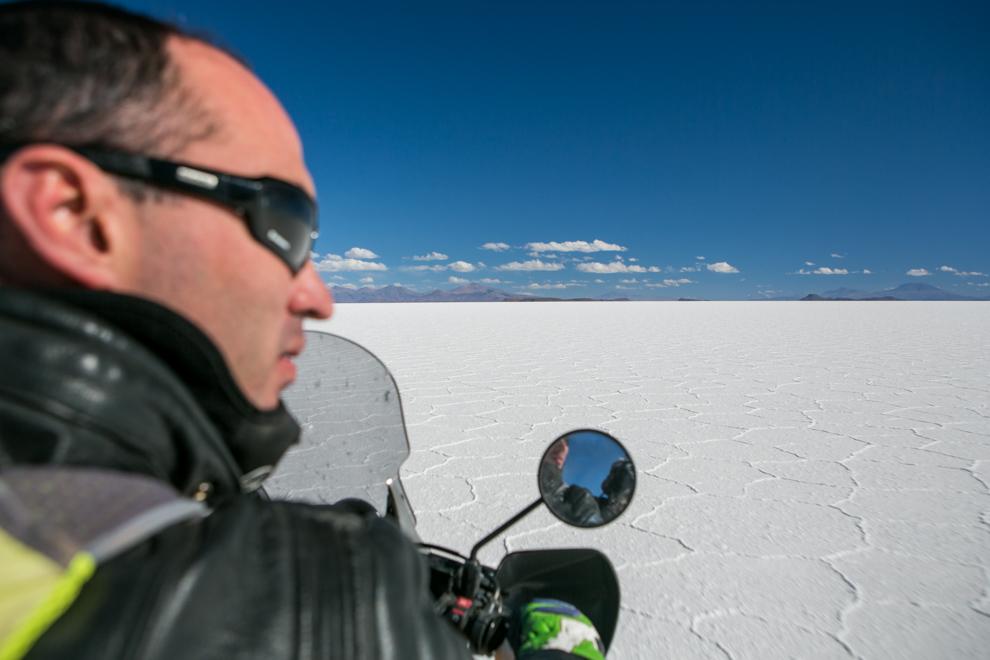 Tatán Aguilera se prepara a recorrer el Salar de Uyuni en su motocicleta, en Isla Incahuasi. La isla Incahuasi, en quechua significa «la casa del Inca», es una isla situada en la parte central del Salar de Uyuni, departamento de Potosí. (Tetsu Espósito)
