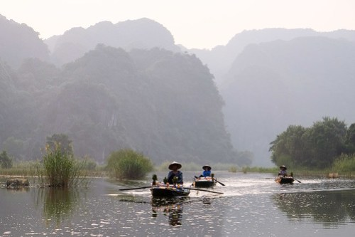 Vendors going home. Tam Coc river
