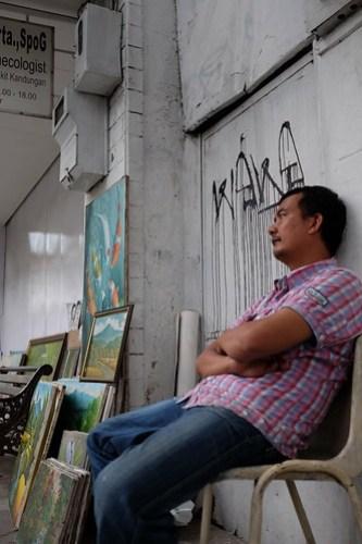 Why my painting was not sold as well :( ... Capturing Braga Street, Bandung, Indonesia #streetphotography #captureonstreet #terfujilah #fujifilm #braga #bragabandung #bandung #jalanjalanbandung #bandungstreet #streetpainting #bandungpainting