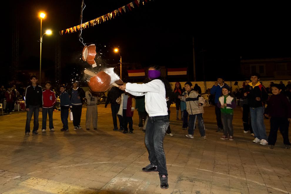 El juego del Kambuchí Jejoka -romper el cántaro- un tradicional juego de las celebraciones de la fiesta San Juan, que se realiza en todo el país. (Tetsu Espósito)