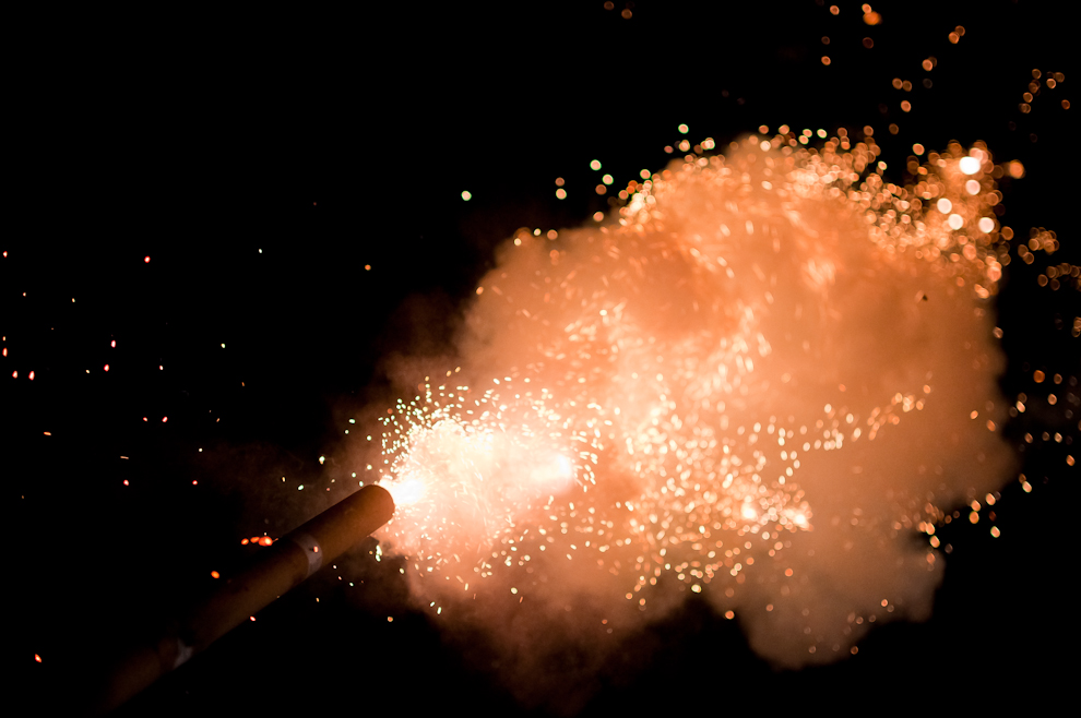 El momento exacto en que se dispara el popular '12 por uno', durante la apertura de la Fiesta tradicional de San Pedro y San Pablo, el Kambá Ra'anga que se celebra todos los años en el mes de Junio en la Compañía Itaguazú de la Ciudad de Altos. (Elton Núñez)