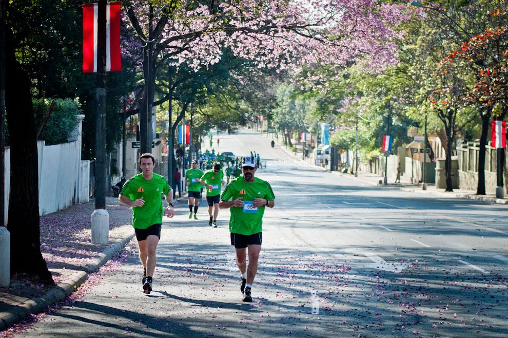 Los participantes del Maratón Internacional arriban la pendiente de Mariscal López casi General Santos, frente al Batallón Escolta Presidencial. Tras una hora y media de haber comenzado la carrera ellos ya se encuentran en el trayecto de regreso. (Elton Núñez)