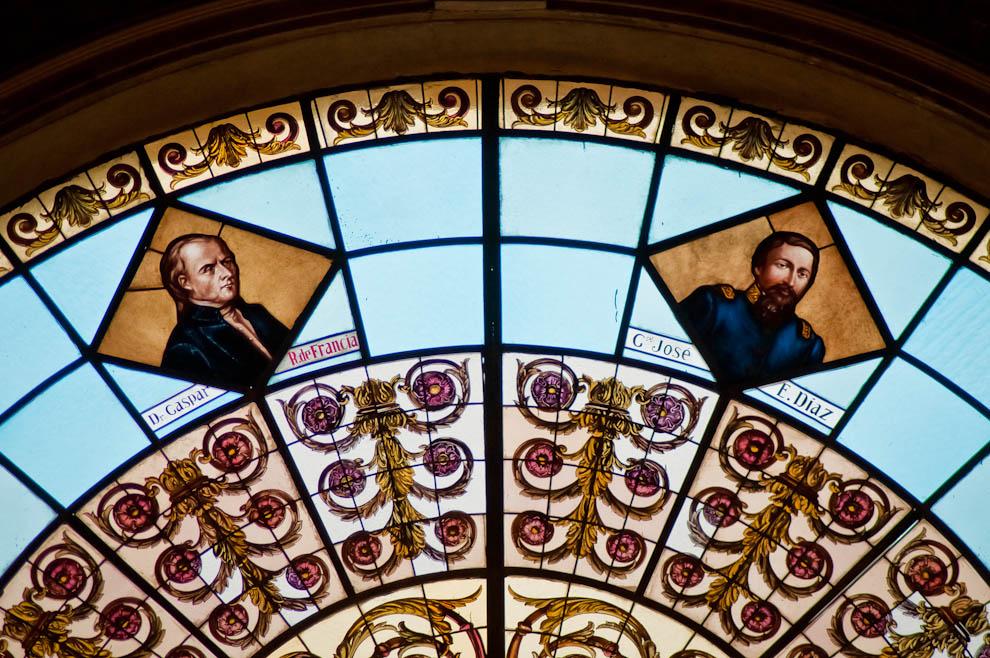 En nuestra visita al Panteón Nacional de los Héroes sobre la calle Palma, observamos la nueva fachada restaurada recientemente por el Gobierno, al igual que las ventanas con las figuras de nuestros principales héroes. (Elton Núñez)