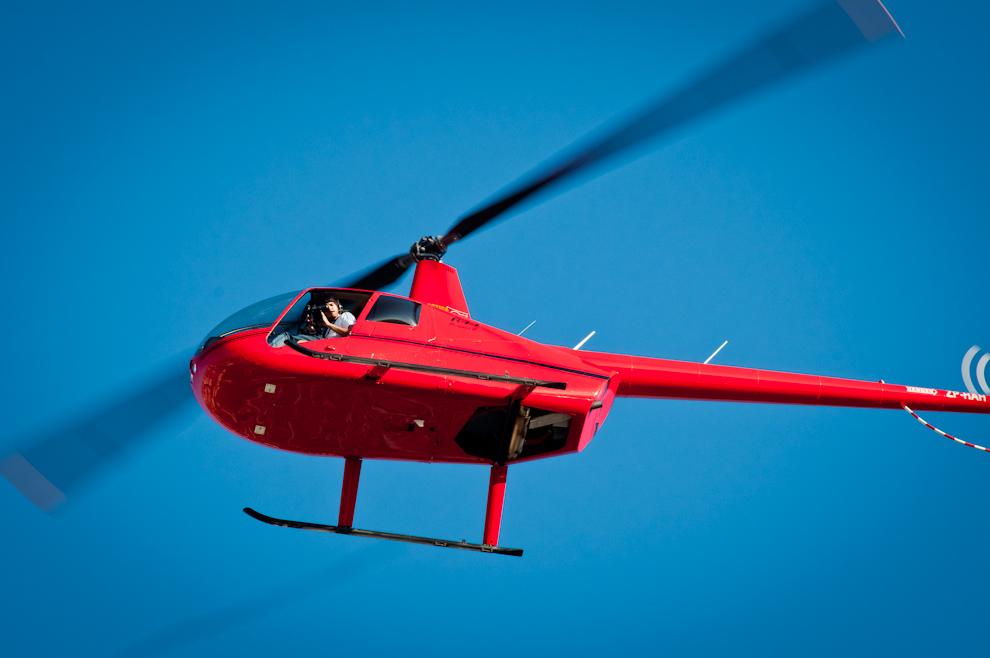 Un camarógrafo del staff hace tomas aéreas para transmitir en directo por televisión (Elton Núñez)