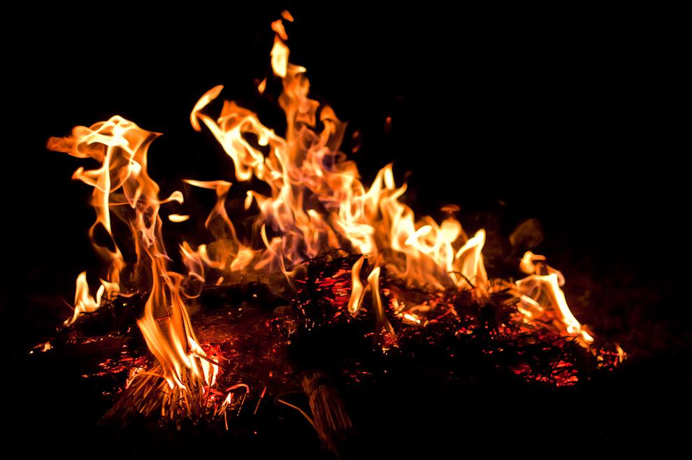 Las llamas de la fogata son el epicentro del tradicional juego entre los Guaicurú y las mujeres en la fiesta patronal de San Pedro y San Pablo en la compañía Itaguazú de la Ciudad de Altos. (Elton Núñez)