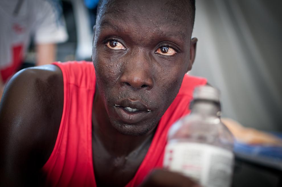 Nicholas Kimeli Keter, de Kenia, se hidrata mientras es asistido por el personal médico tras concretar su victoria con la primera posición en la categoría 21km masculino con un tiempo de 01:07:06.1 (Elton Núñez)