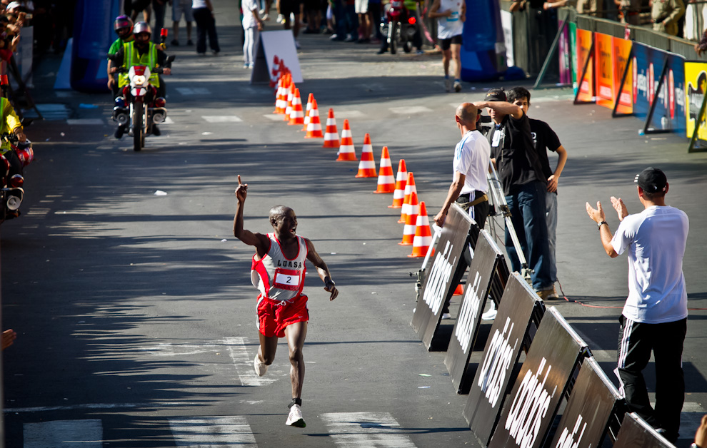 Anderson Chirchir Kiprono de Kenia llega a la meta de los 42km. en tiempo récord de 02:17:35hs. Un nuevo récord para un maratón realizado en nuestro país, con lo cual Anderson ganó 3000 U$S adicionales totalizando un premio total de 10.000 U$S.(Tetsu Espósito)