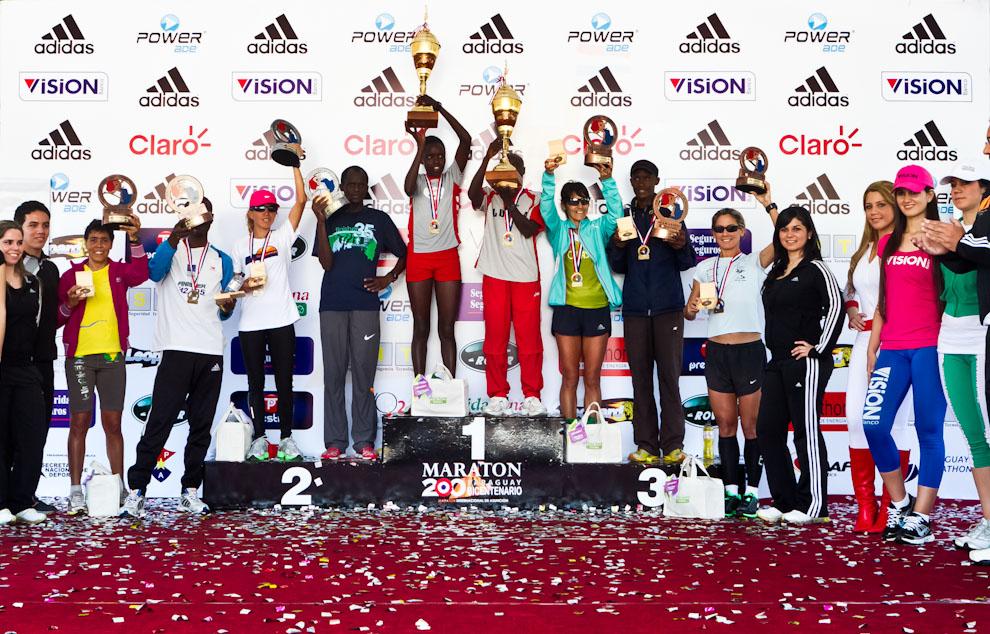Los ganadores de la Categoría de 42km celebran con sus trofeos el momento de la premiación. (Tetsu Espósito)
