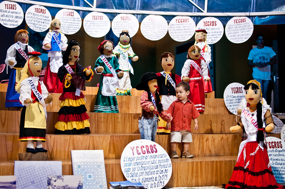 Un niño mira de cerca una de las tantas muñecas que representan las distintas nacionalidades, fabricadas por los alumnos de distintos colegios de la ciudad Fulgencio Yegros (Caazapá), exhibidas en un stand de la SENATUR como parte de las exposiciones por el cumpleaños de Asunción organizada por ésta secretaría. (Elton Núñez)