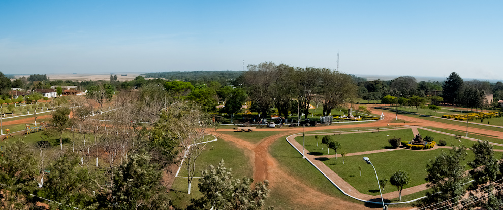 Una foto panorámica de la plaza central de Yegros tomada desde el campanario de la Iglesia, dicha plaza esta rodeada de otras más pequeñas convirtiéndola así en el mayor espacio recreativo del distrito. (Elton Núñez)