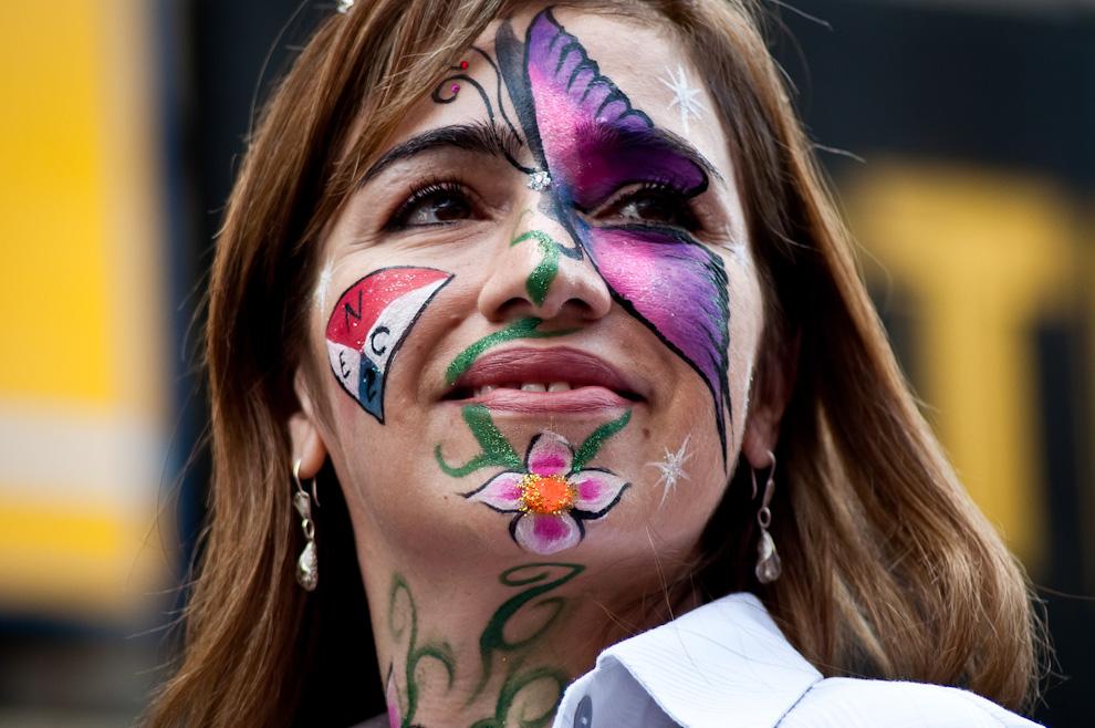Una ex alumna de la Escuela Nacional de Comercio N° 2 en su función de chirolera, dirige la marcha saludando a las autoridades y figuras políticas durante su paso por el palco principal frente al Panteón. (Elton Núñez)
