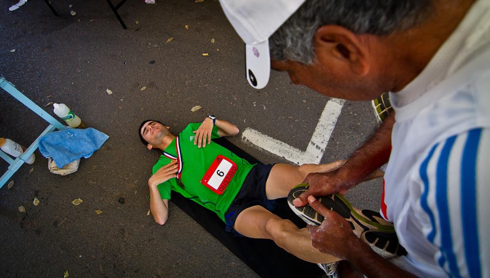 Gustavo López se recupera después de la carrera, recibiendo masajes y ejercicios de estiramiento de parte de un plantel de asistentes que en todo momento ayudó a los corredores. (Tetsu Espósito)