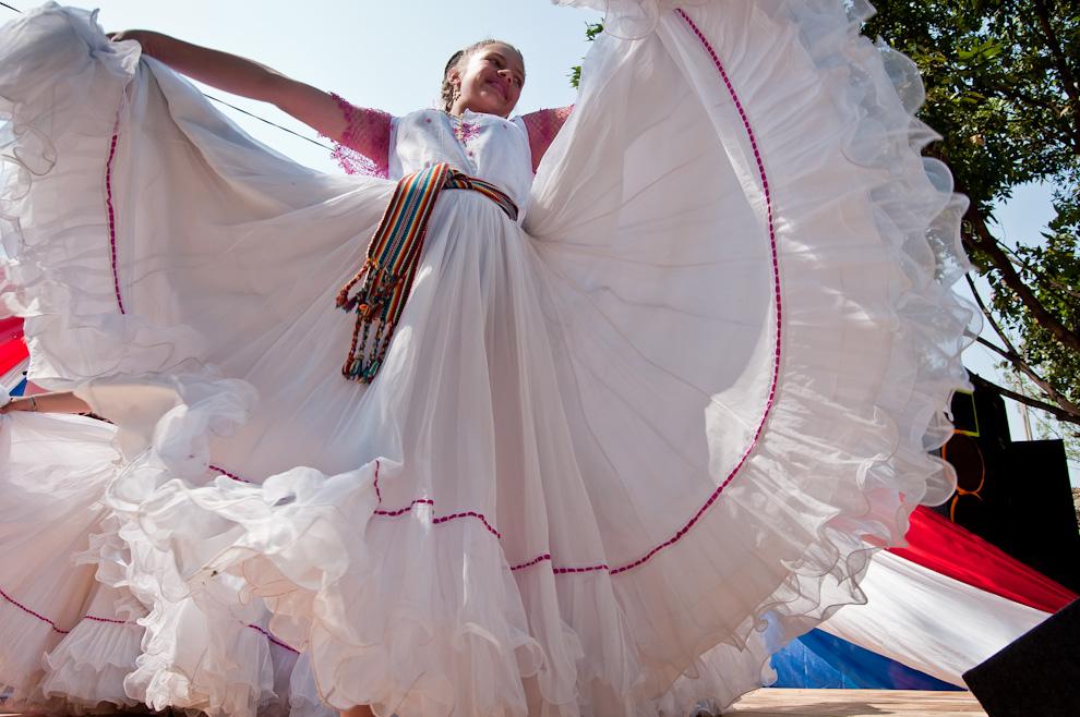 Una niña danza música paraguaya en el escenario del Festival del Licor, al son de las arpas, guitarras y el aplauso del público. (Elton Núñez)