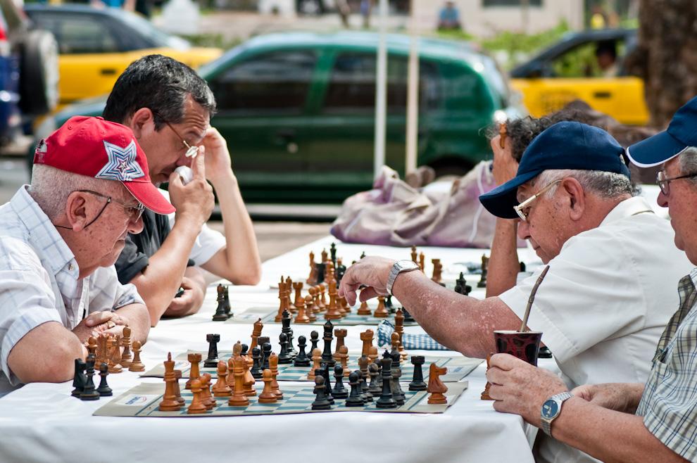 El cumpleaños de Asunción contó con agradable clima para todo tipo de actividades, como ésta, un encuentro de jugadores de ajedrez en la plaza Infante Rivalora. (Elton Núñez)