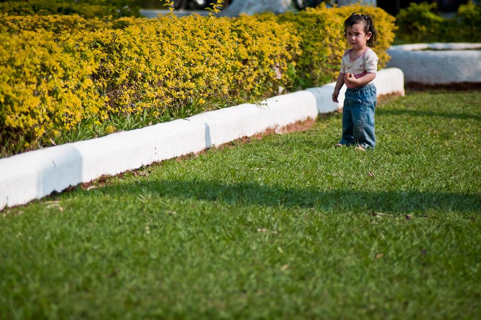 Una princesa aprendiendo a caminar se pasea por los espacios verdes de la plaza central durante la celebración del tercer festival del Licor el Domingo 5 de Setiembre. (Elton Núñez)