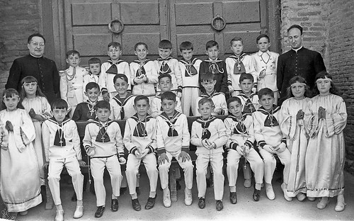 1961. Grupo de chicos posando en la puerta del Castillo despues de haber recibido la primera comunion.