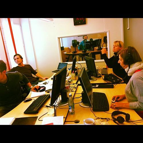 Nyhetstempo på #alltidnyheter när @karinhallsten sänder från skrivbordet och @johanbostrom @magnuswestberg och @a_lanner jobbar hårt.