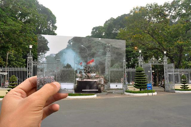 Xe t?ng c?a Cách M?ng ?i tung c?a Dinh Th?ng Nh?t, Sài Gòn ngày 30/4/1975