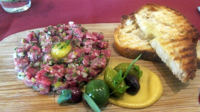 steak tartare at bar bouchon