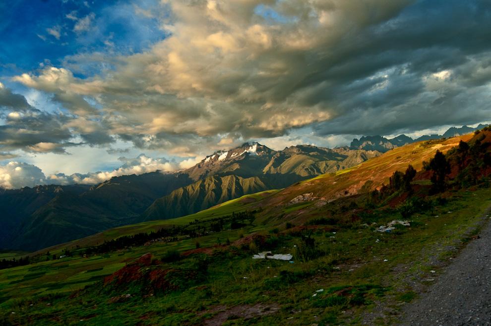 Atardece en los valles que rodean al Qusqu, Qosqo o como la grafía oficial lo denomina , el Cuzco, el destino obligado para el acceso al Machu Pichu. (Roberto Dam)