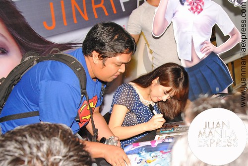 Jinri Park signing her autograph for her fan.